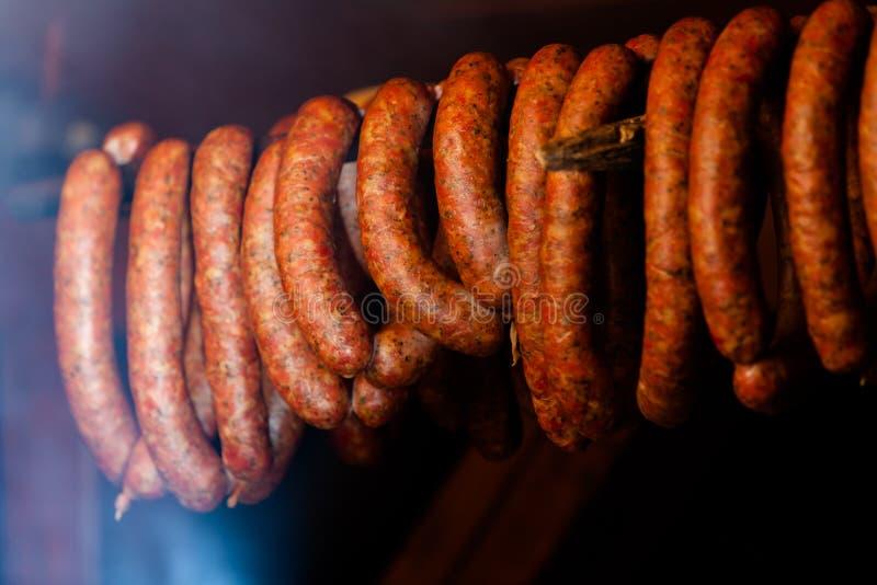 τρόφιμα παραδοσιακά Καπνισμένα sausuages smokehouse στοκ εικόνα με δικαίωμα ελεύθερης χρήσης