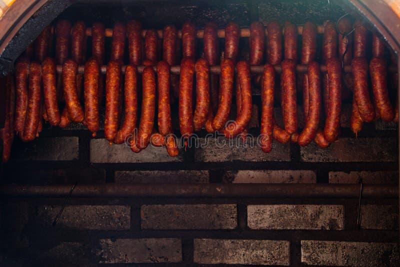 τρόφιμα παραδοσιακά Καπνισμένα sausuages smokehouse στοκ φωτογραφία με δικαίωμα ελεύθερης χρήσης
