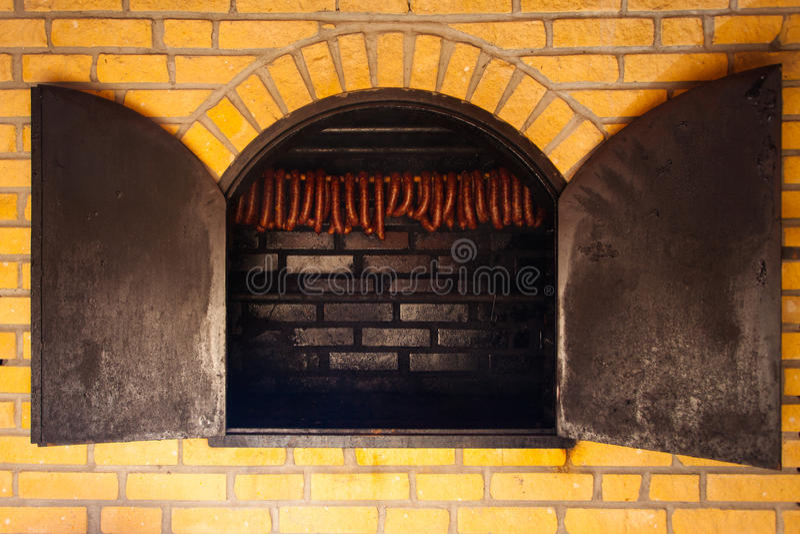τρόφιμα παραδοσιακά Καπνισμένα sausuages smokehouse στοκ εικόνα