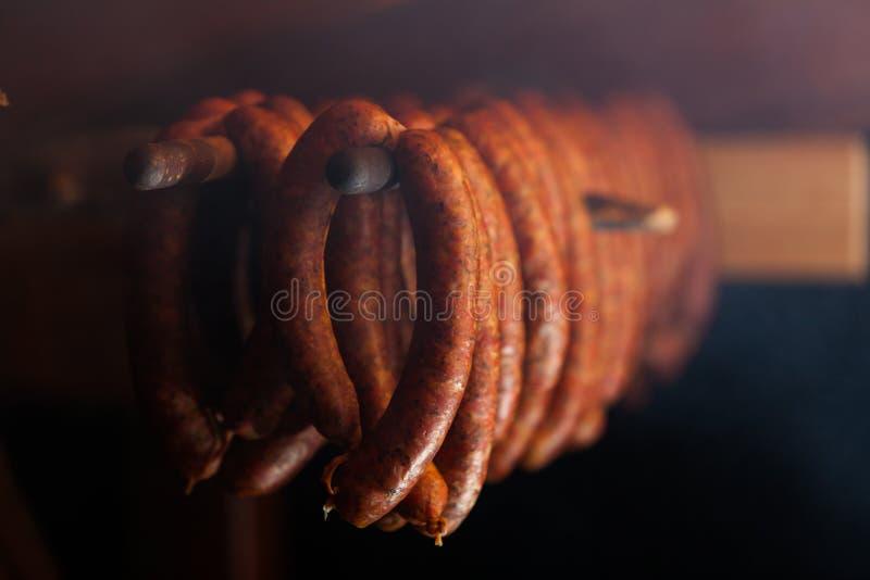 τρόφιμα παραδοσιακά Καπνισμένα sausuages smokehouse στοκ εικόνες