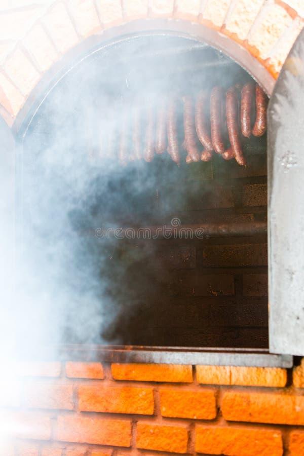 τρόφιμα παραδοσιακά Καπνισμένα sausuages smokehouse στοκ φωτογραφίες με δικαίωμα ελεύθερης χρήσης
