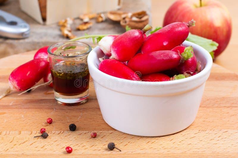 Τρόφιμα που προετοιμάζουν το oraganic ραδίκι μέσα με το φλυτζάνι με τον επίδεσμο της σαλάτας στοκ φωτογραφίες με δικαίωμα ελεύθερης χρήσης