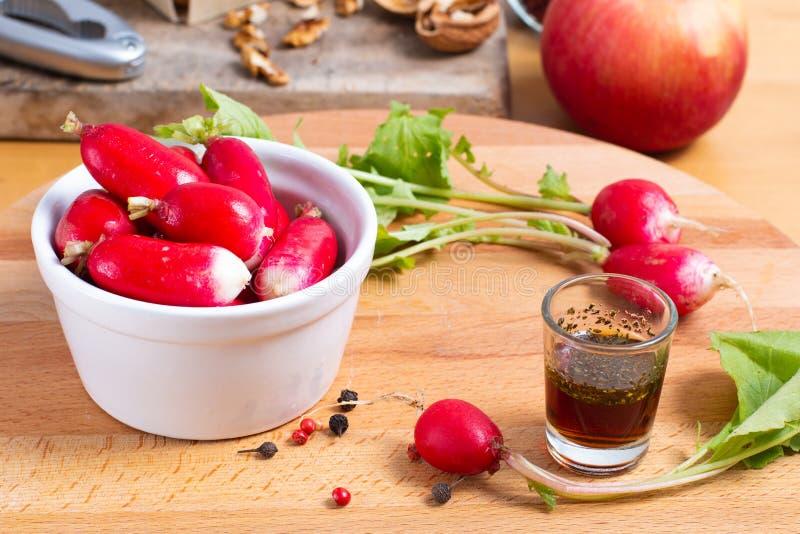 Τρόφιμα που προετοιμάζουν το oraganic ραδίκι μέσα με το φλυτζάνι με τον επίδεσμο της σαλάτας στοκ εικόνα με δικαίωμα ελεύθερης χρήσης