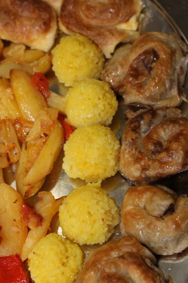 Τρόφιμα που συσσωρεύονται επάνω σε ένα πιάτο στοκ εικόνα