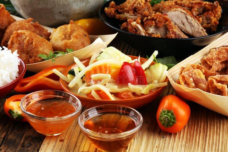 Τρόφιμα ραχών με την τηγανισμένη πάπια με τη σάλτσα κάρρυ tom kah σούπα kai, στοκ εικόνες