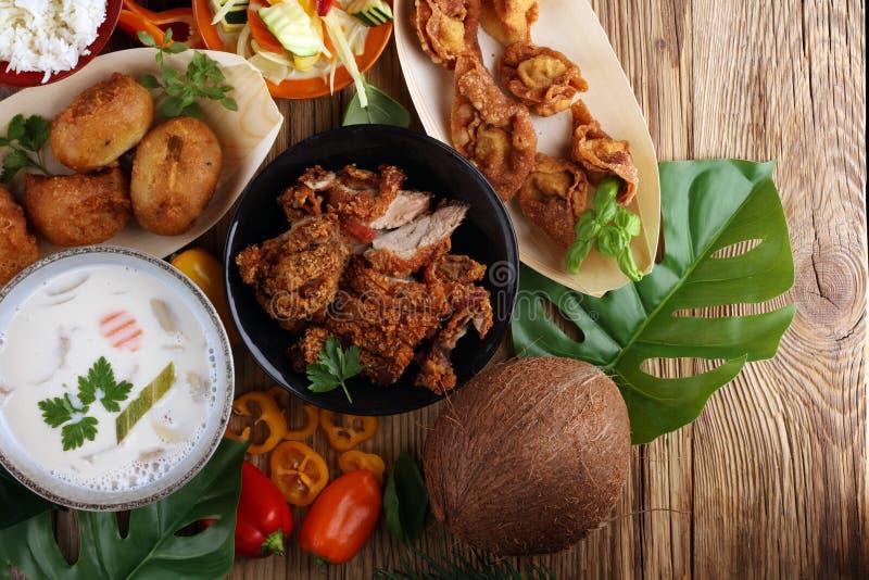 Τρόφιμα ραχών με την τηγανισμένη πάπια με τη σάλτσα κάρρυ tom kah σούπα kai, στοκ φωτογραφία με δικαίωμα ελεύθερης χρήσης