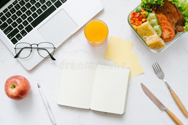 Τρόφιμα στο γραφείο Υγιές μεσημεριανό γεύμα για την εργασία στοκ φωτογραφίες