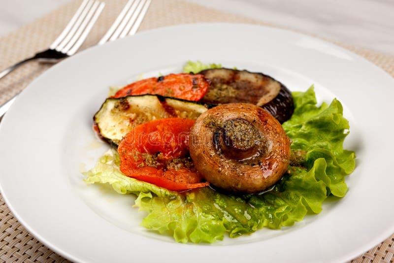 Τρόφιμα στο πιάτο στοκ εικόνα