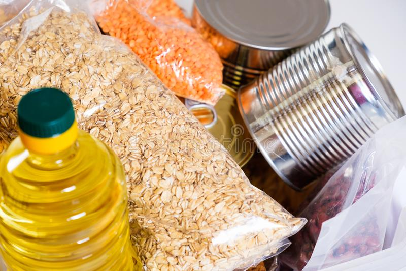 Τρόφιμα στο πλαστικό κιβώτιο δωρεάς, που απομονώνεται στο άσπρο υπόβαθρο στοκ φωτογραφία με δικαίωμα ελεύθερης χρήσης