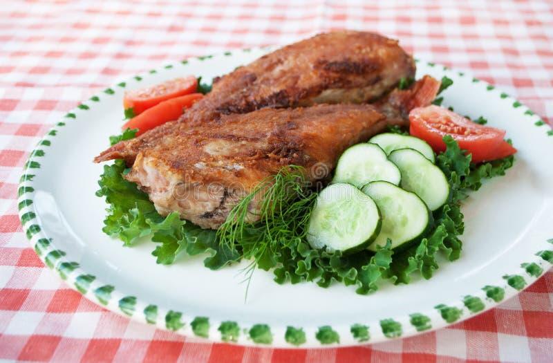 Τρόφιμα Τηγανισμένες πέρκες θάλασσας στο πιάτο με τα λαχανικά στοκ εικόνα