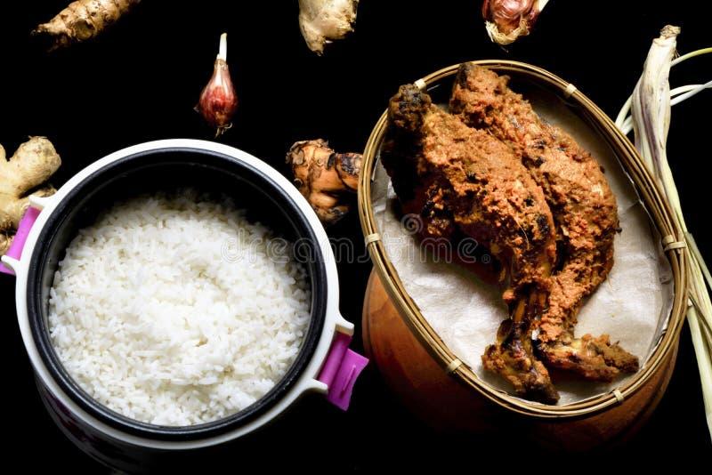 Τρόφιμα του ψημένου στη σχάρα κοτόπουλου με το ρύζι στοκ φωτογραφίες