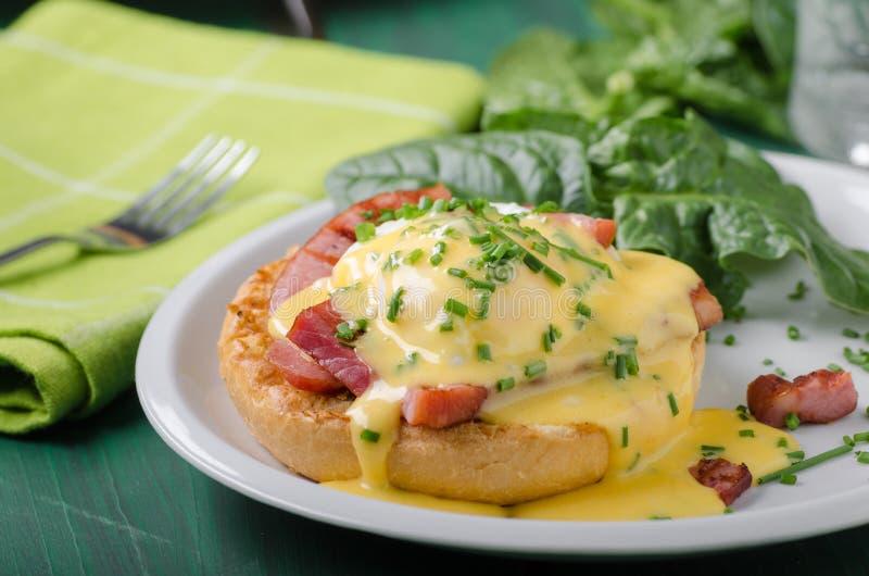 Τρόφιμα του Benedict αυγών delish, τριζάτο μπέϊκον στοκ εικόνες