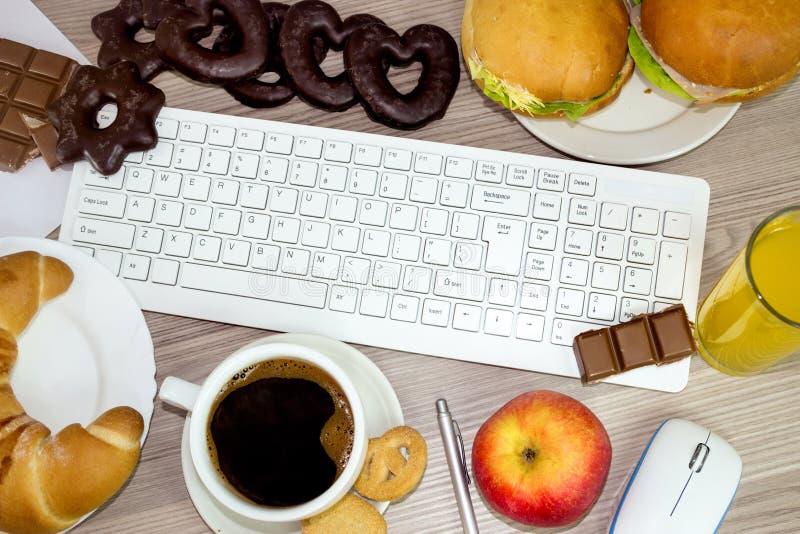Τρόφιμα τρώμε κατά τη διάρκεια της εργασίας στοκ φωτογραφίες με δικαίωμα ελεύθερης χρήσης