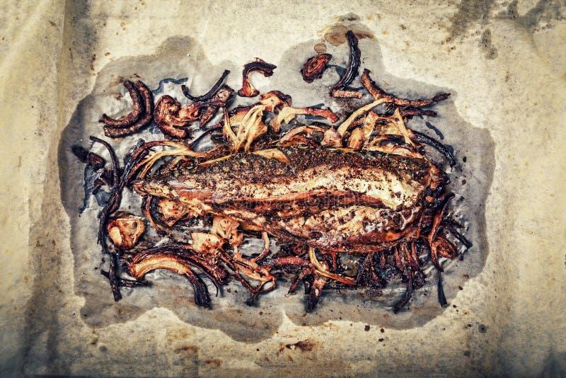 τρόφιμα υγιή Ψημένα ψάρια, διατροφή Omega 3, μαγείρεμα, γεύμα, κατανάλωση υπαίθρια, θαλασσινά, τοπ άποψη στοκ εικόνες με δικαίωμα ελεύθερης χρήσης