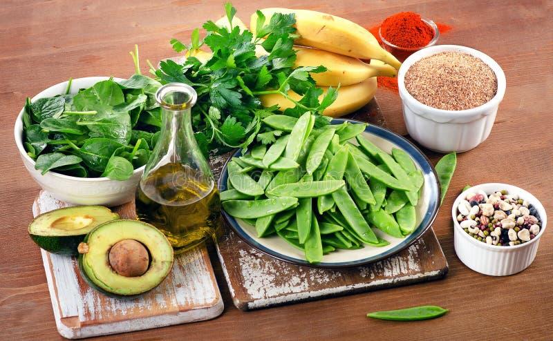 Τρόφιμα υψηλότερα στο βιταμίνη Κ σε έναν ξύλινο πίνακα κατανάλωση υγιής στοκ φωτογραφία