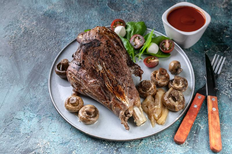 Τρόφιμα Halal Ψημένο αρνί με τα λαχανικά, τα καρυκεύματα, τα χορτάρια, τα μανιτάρια και την πικάντικη σάλτσα στοκ φωτογραφία με δικαίωμα ελεύθερης χρήσης