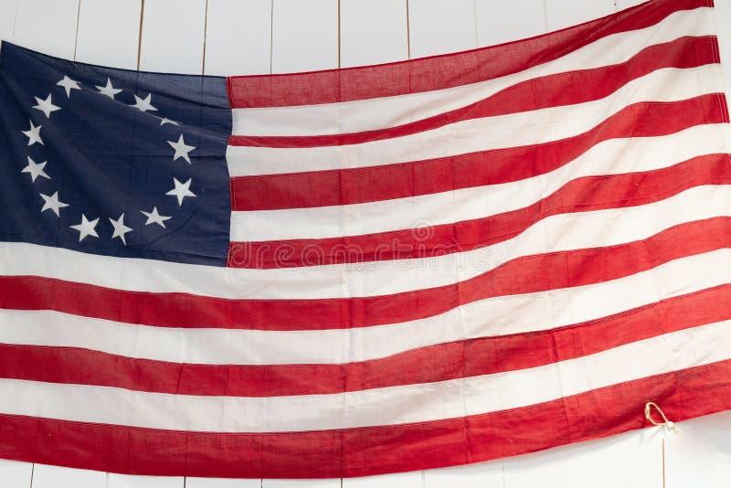 Τρύγος ΑΜΕΡΙΚΑΝΙΚΩΝ σημαιών στο άσπρο ξύλινο υπόβαθρο στοκ φωτογραφίες με δικαίωμα ελεύθερης χρήσης