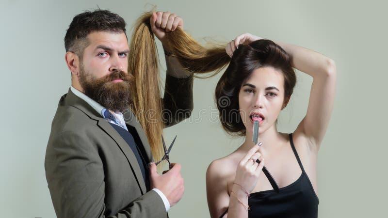 Τρύγος κομμωτηρίων και κουρέων Στούντιο τρίχας Γυναίκα ομορφιάς που παίρνει το κούρεμα από τον κομμωτή στα hairstudios barbershop στοκ εικόνες