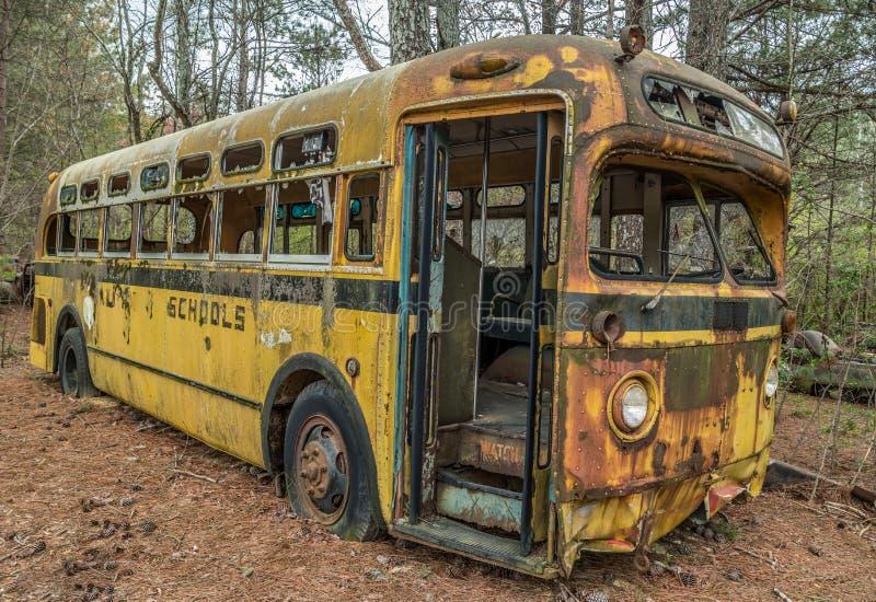Τρύγος της δεκαετίας του '50 σχολικών λεωφορείων που εγκαταλείπεται στοκ εικόνες με δικαίωμα ελεύθερης χρήσης