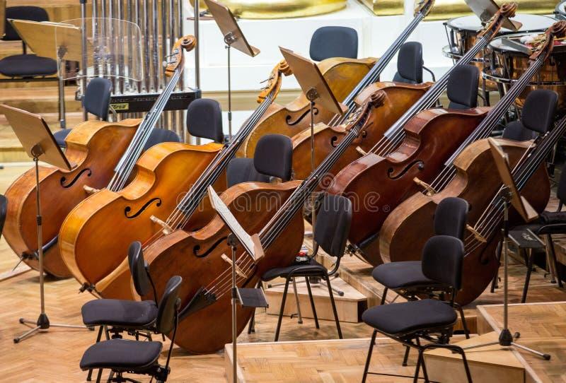 Τρύγος, όργανα μουσικής, παλαιές πέρκες viols στη σκηνή στοκ εικόνες