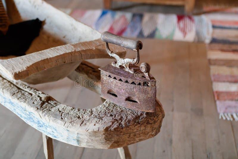 Τρύγος flatiron με την ξύλινη αρθρωμένη λαβή στοκ φωτογραφία