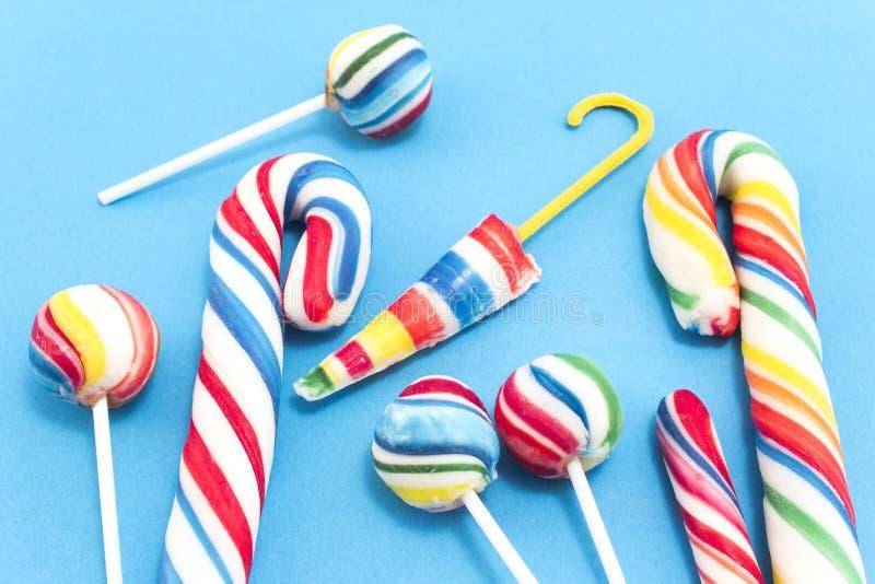 Τρύγος lollipops σε ένα μπλε υπόβαθρο στοκ φωτογραφίες με δικαίωμα ελεύθερης χρήσης