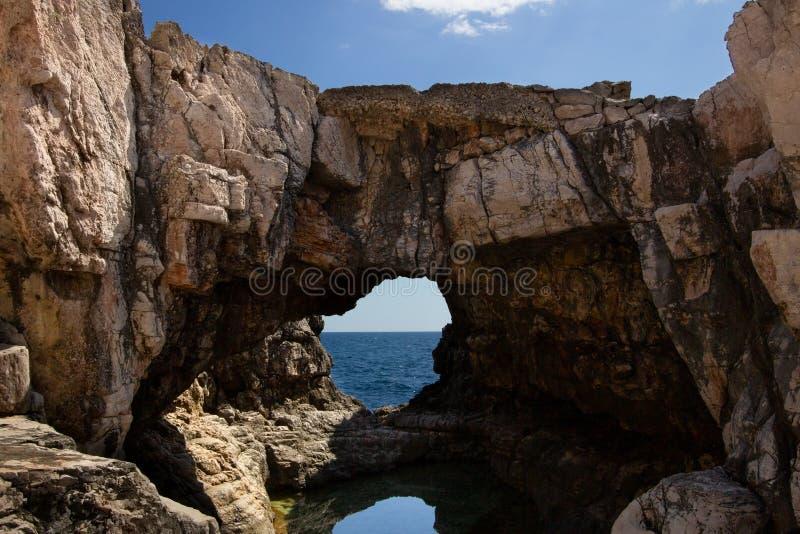 Τρύπα βράχου στο νησί Lokrum στοκ εικόνες