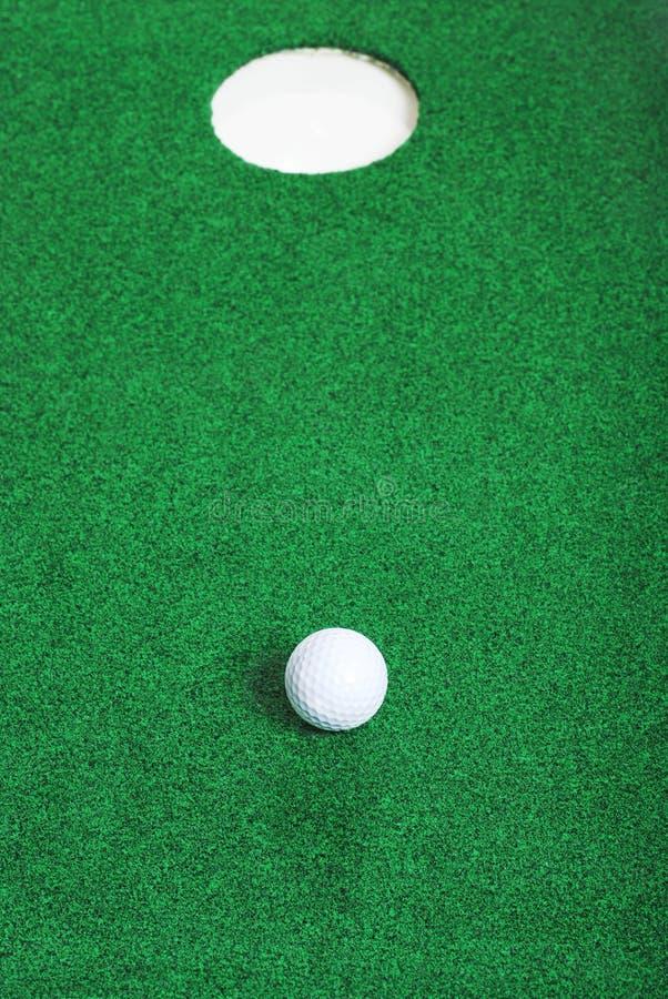 τρύπα γκολφ σφαιρών απότομ&alp στοκ φωτογραφίες με δικαίωμα ελεύθερης χρήσης
