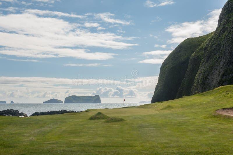 Τρύπα γκολφ παραλίας στο ηφαιστειακό τοπίο στοκ φωτογραφίες με δικαίωμα ελεύθερης χρήσης