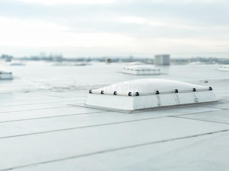 Τρύπα εξαερισμού στη στέγη του κτηρίου, συστήματα εξαερισμού, που παρέχει μια θερμή οπή αερισμού στοκ εικόνες