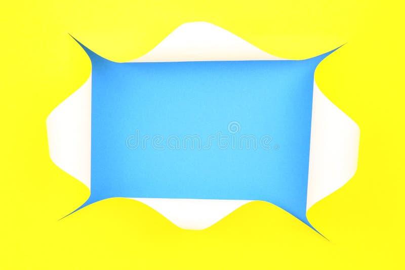 Τρύπα που σχίζεται στο κίτρινο έγγραφο για το μπλε υπόβαθρο ελεύθερη απεικόνιση δικαιώματος