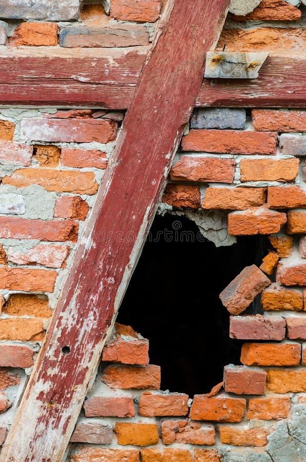 Τρύπα σε έναν τούβλινο τοίχο στοκ εικόνες