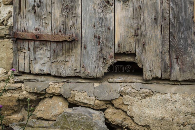 Τρύπα στην παλαιά πόρτα σιταποθηκών στοκ φωτογραφίες