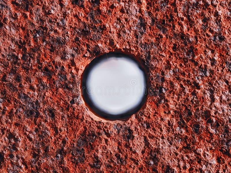 Τρύπα στη σκουριασμένη επιφάνεια μετάλλων στοκ εικόνα με δικαίωμα ελεύθερης χρήσης