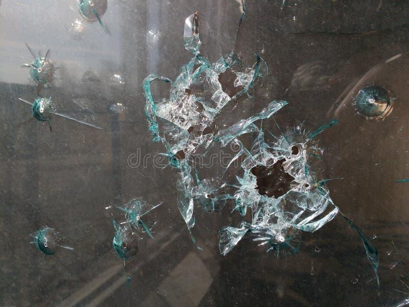 Τρύπες από σφαίρα στο γυαλί στοκ εικόνες με δικαίωμα ελεύθερης χρήσης