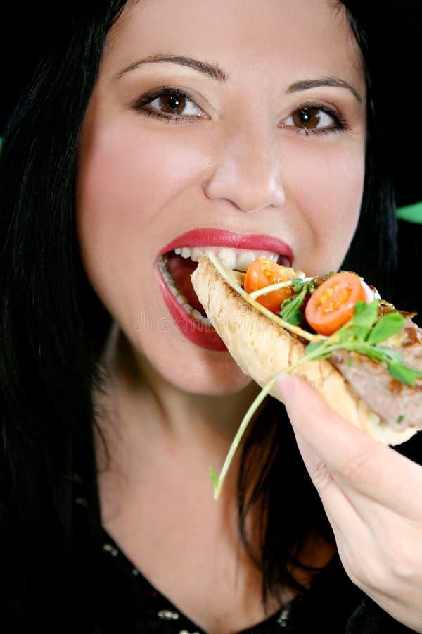 τρώγοντας τα θηλυκά τρόφιμ& στοκ εικόνα