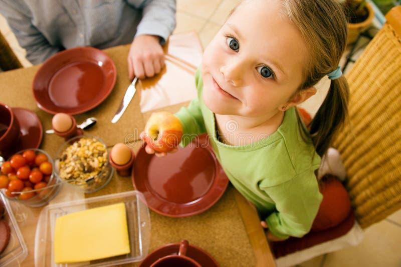 τρώγοντας το κορίτσι ελάχ στοκ εικόνες με δικαίωμα ελεύθερης χρήσης