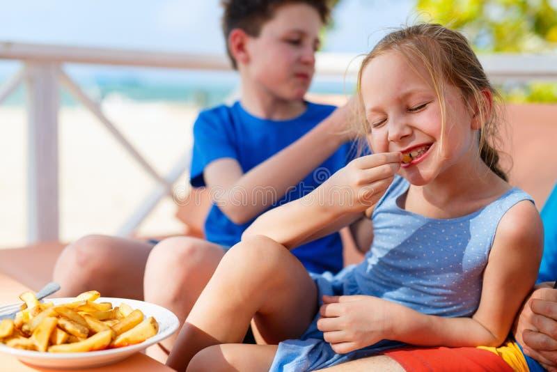 τρώγοντας το κορίτσι ελά&chi στοκ φωτογραφία