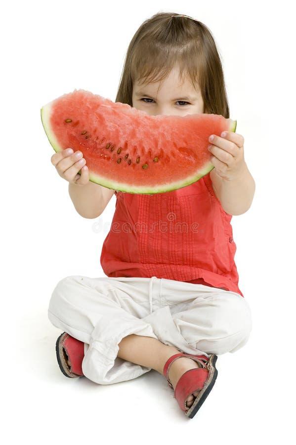τρώγοντας το κορίτσι λίγο καρπούζι στοκ εικόνες