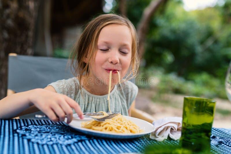 τρώγοντας το κορίτσι λίγ&alpha στοκ εικόνες με δικαίωμα ελεύθερης χρήσης