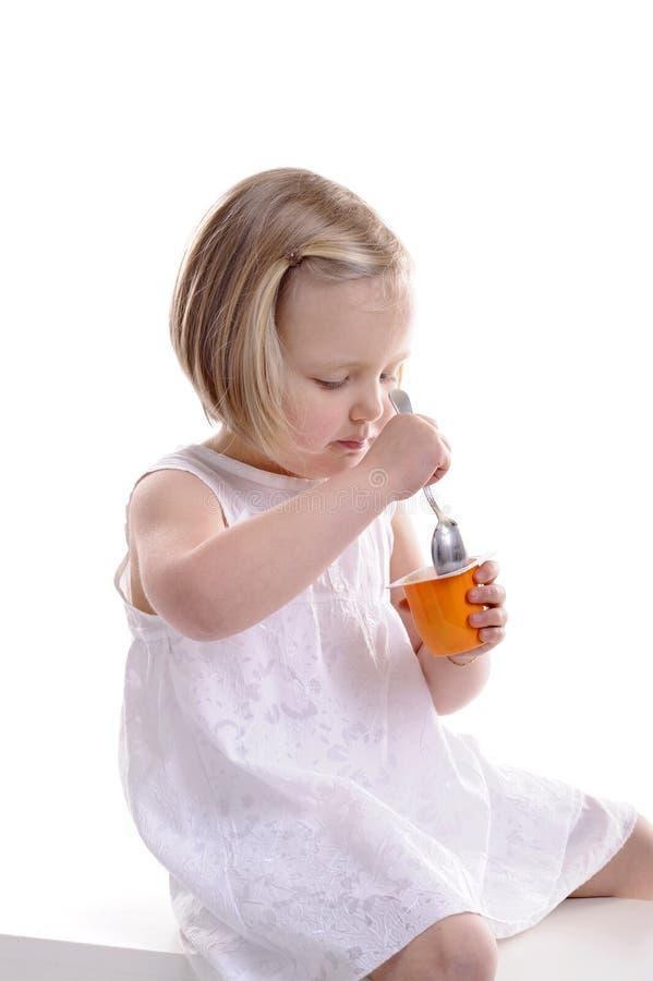 τρώγοντας το κορίτσι λίγ&omic στοκ φωτογραφία με δικαίωμα ελεύθερης χρήσης