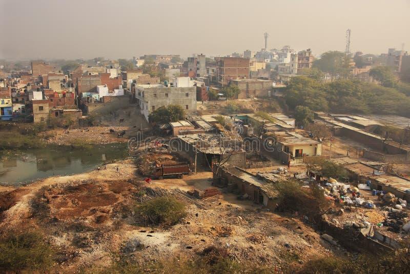 Τρώγλες του Νέου Δελχί που βλέπουν από το οχυρό Tughlaqabad στοκ εικόνες