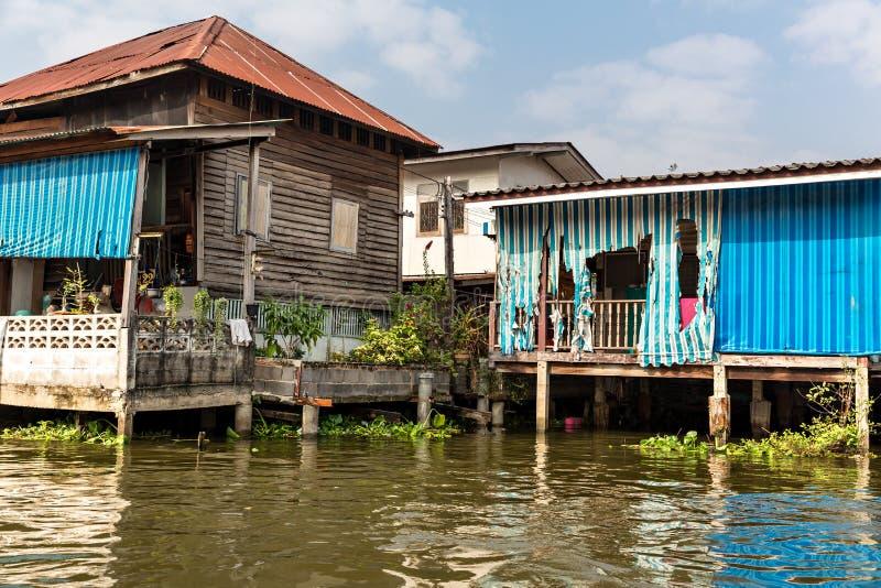 Τρώγλη στο βρώμικο κανάλι στην Ασία στοκ εικόνες