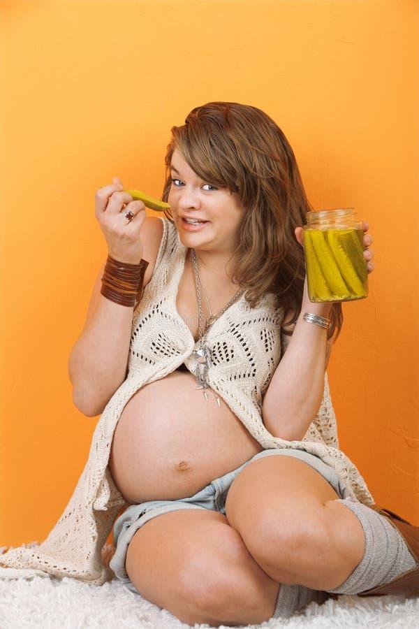 τρώει τα γυναικεία τουρσιά έγκυα στοκ εικόνες