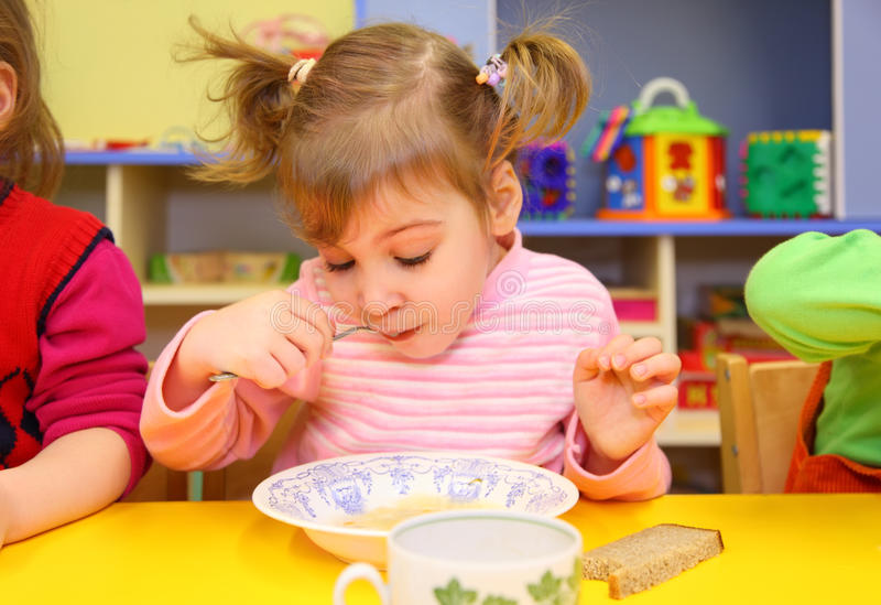 τρώει τον παιδικό σταθμό κ&omicr στοκ φωτογραφία με δικαίωμα ελεύθερης χρήσης
