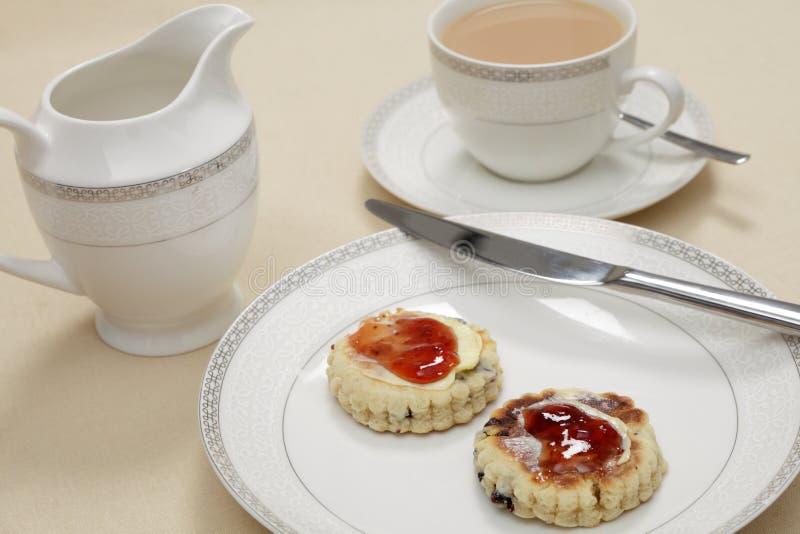 Τσάι απογεύματος με τα ουαλλέζικα κέικ στοκ φωτογραφίες