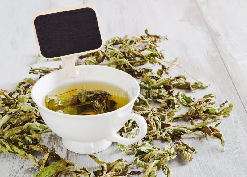 Τσάι από τα ξηρά φύλλα της μέντας στοκ φωτογραφία με δικαίωμα ελεύθερης χρήσης