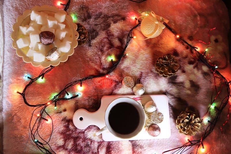 Τσάι βραδιού σε ένα άνετο σπίτι, ημέρα του βαλεντίνου, συγχαρητήρια την ημέρα του βαλεντίνου στοκ εικόνες με δικαίωμα ελεύθερης χρήσης