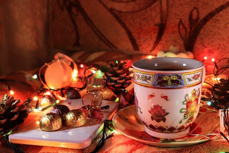 Τσάι βραδιού σε ένα άνετο σπίτι, ημέρα του βαλεντίνου, συγχαρητήρια την ημέρα του βαλεντίνου στοκ φωτογραφίες με δικαίωμα ελεύθερης χρήσης