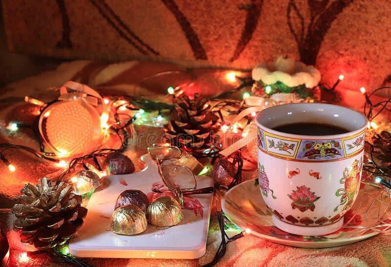 Τσάι βραδιού σε ένα άνετο σπίτι, ημέρα του βαλεντίνου, συγχαρητήρια την ημέρα του βαλεντίνου στοκ εικόνες